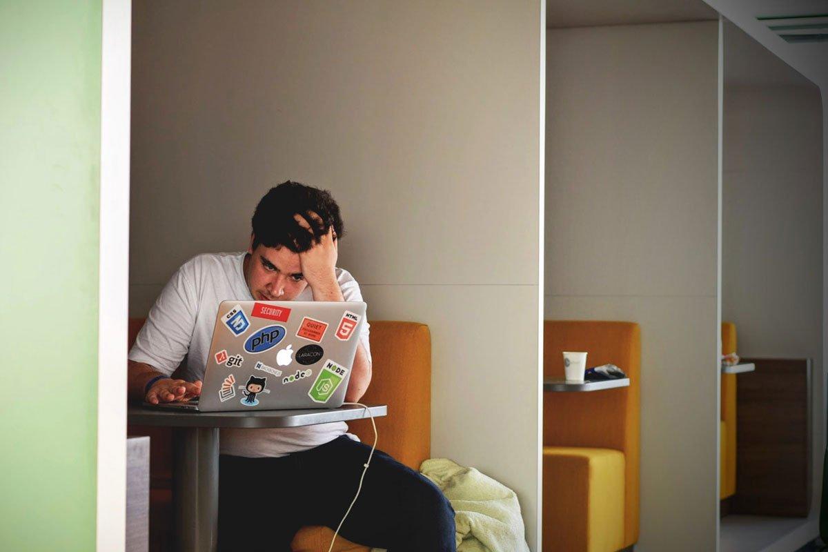 Huolestunut mies tietokoneen ääressä