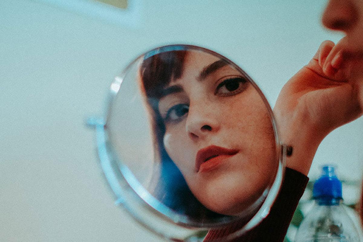 Naiset kasvot peilissä