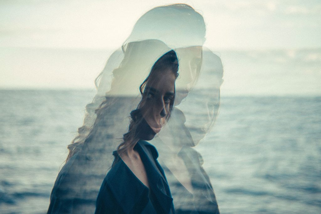 Nainen meren rannalla