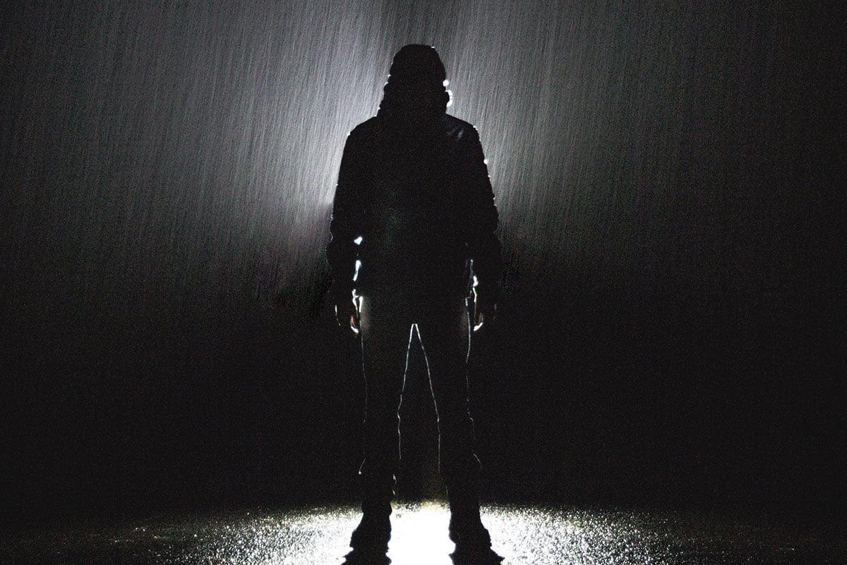 Kaamosmasennus-kuvituskuvassa ihmisen siluetti pimeässä