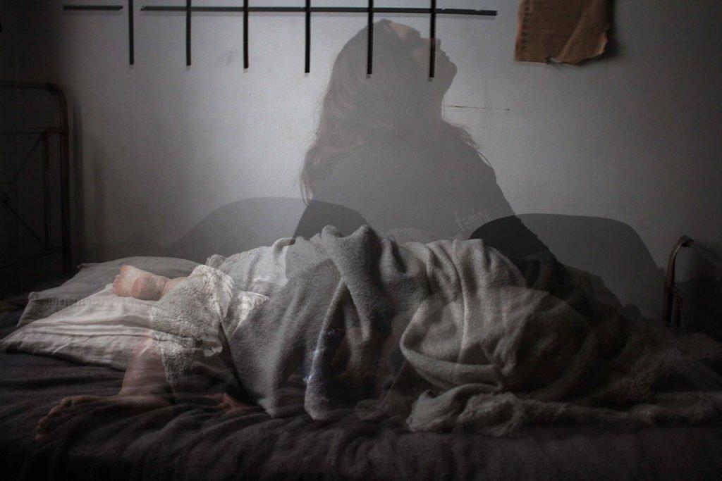 Miten saada unta -jutun kuvassa uneton nainen sängyssä