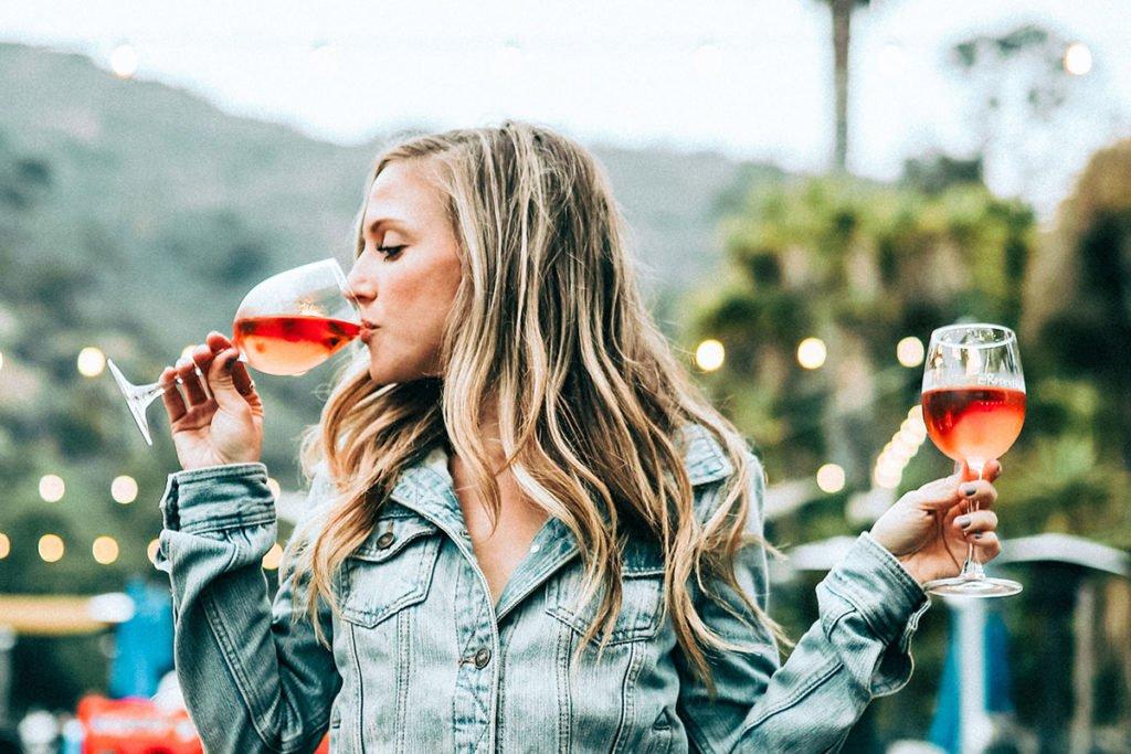 Aivot ja alkoholi -jutussa nainen juo kahdesta lasista