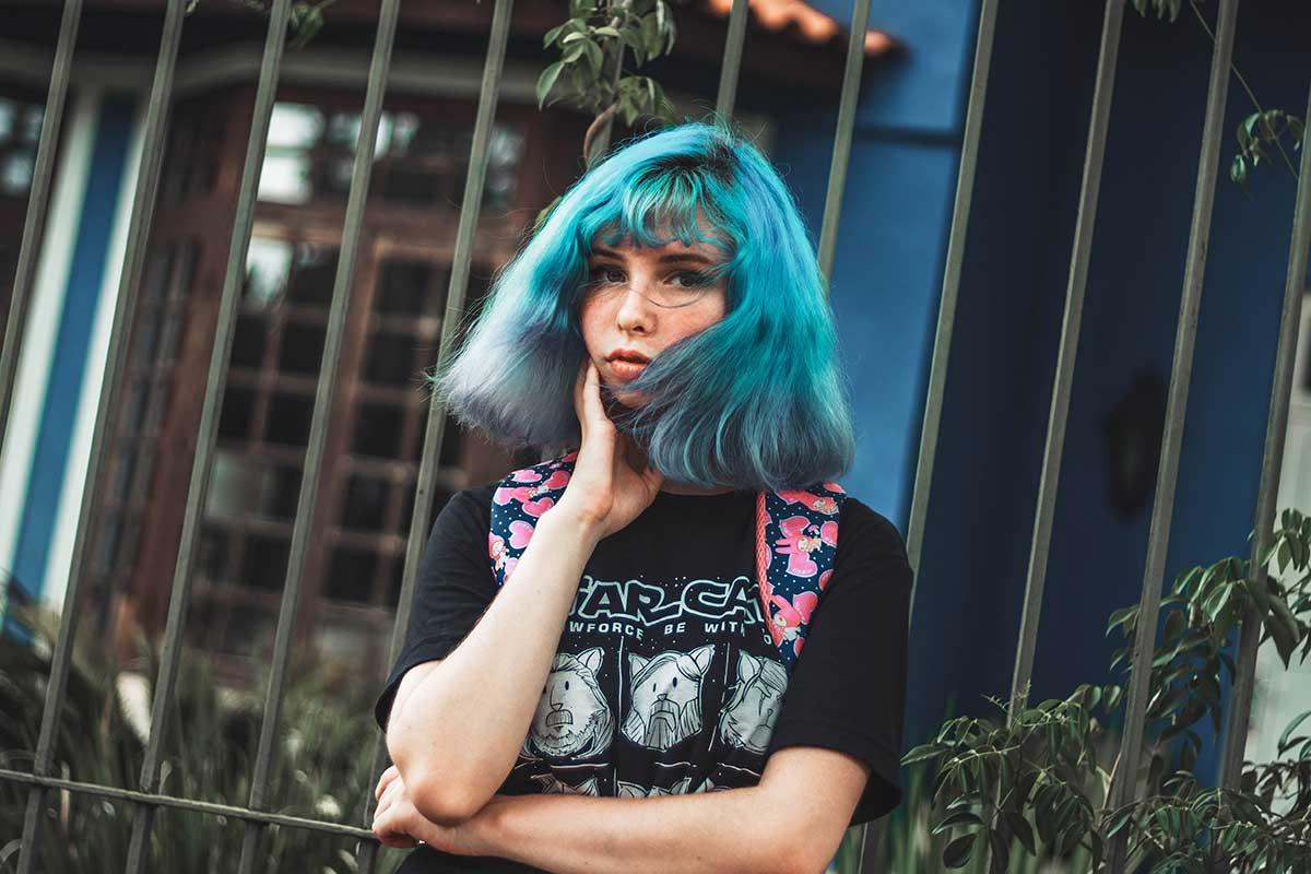 Introverttien vahvuudet -jutun kuvituskuvassa sinitukkainen nainen