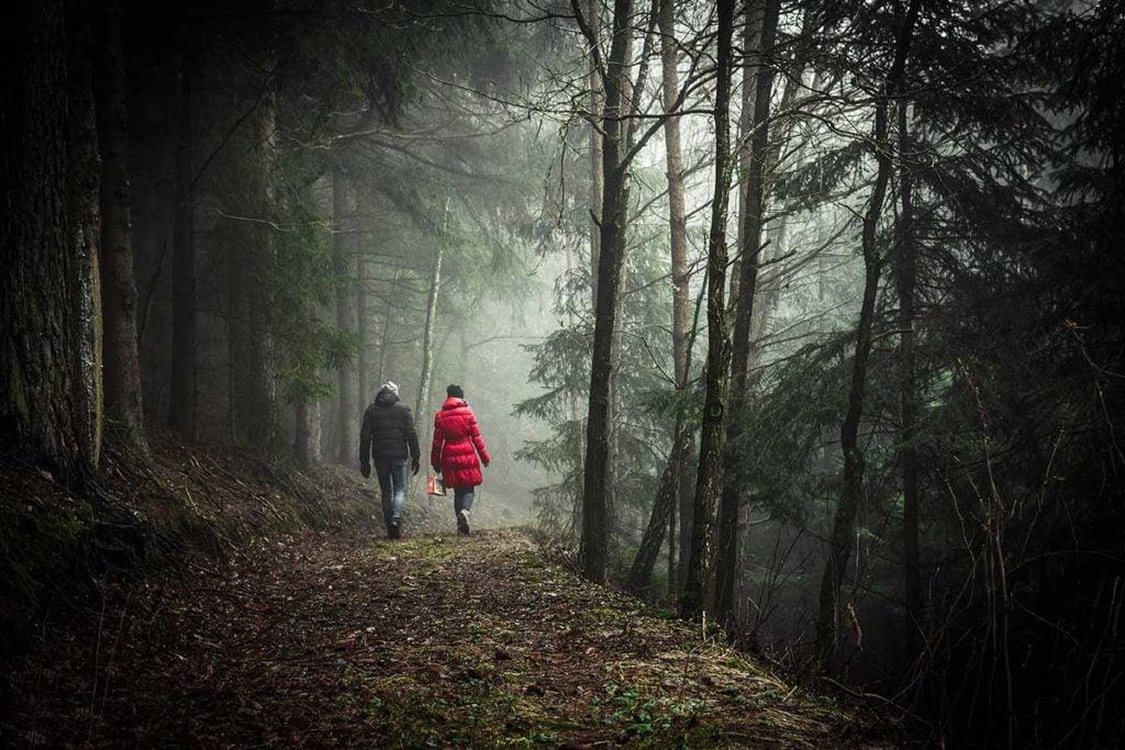 Lievä masennus -jutun kuvassa kävellään luonnossa