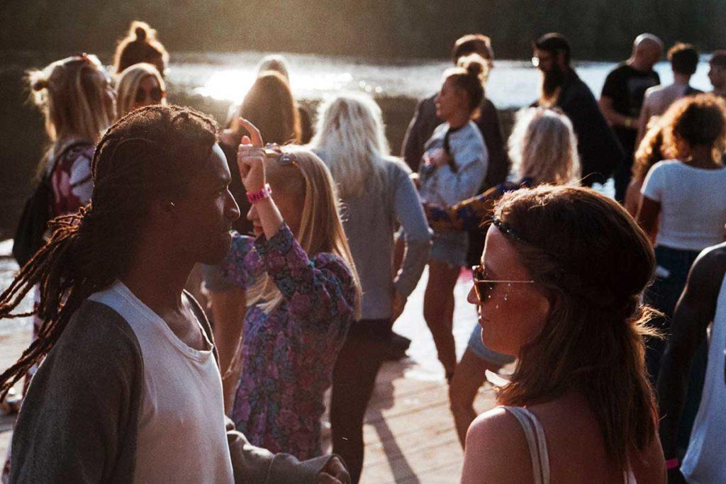 ekstrovertit juhlissa