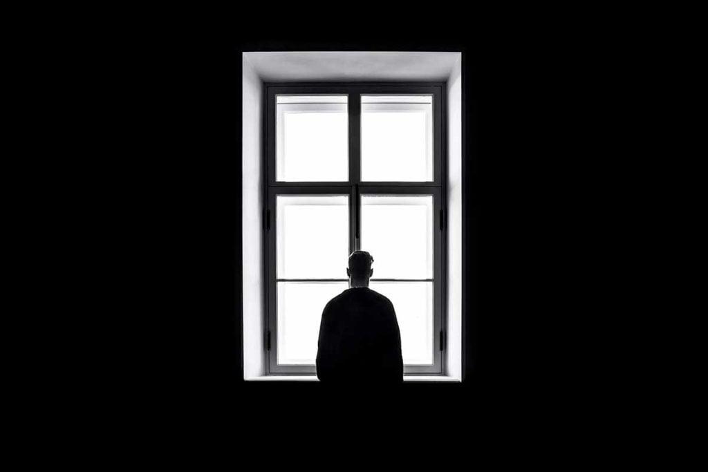 yksinäinen ihminen ikkunassa