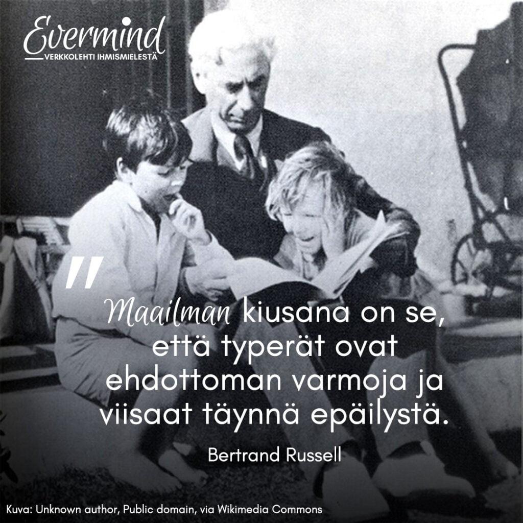 Kuva Bertrand Russellista ja lainaus viisauteen liittyen.